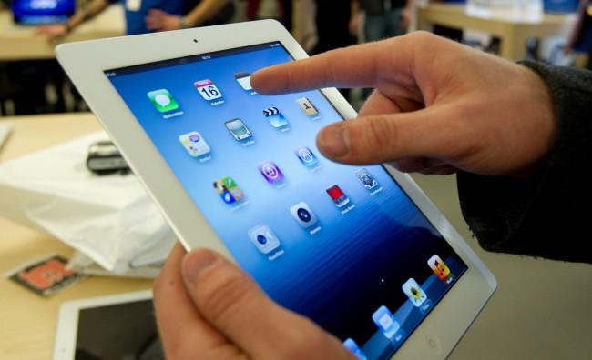 iPad mania, tutti in fila. Anche di notte