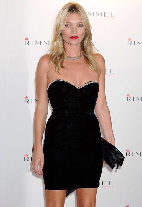 Kate Moss - tubino nero con scollo a cuore