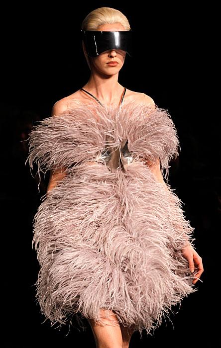 Alexander McQueen 2012 2013 - abito con piume senza spalline