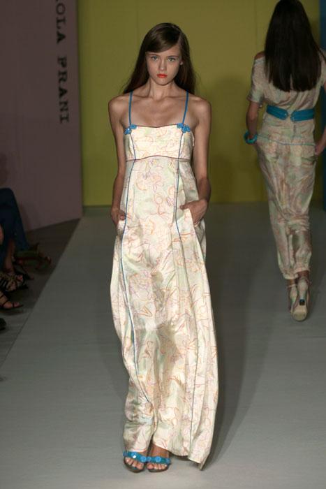 Paola Frani abito lungo stile impero