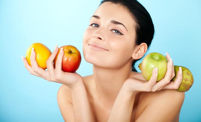 Modella con frutta