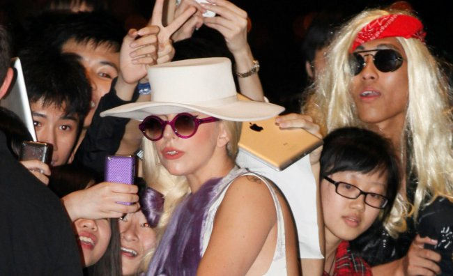 Lady Gaga a Seoul, bagno di folla e contestazioni
