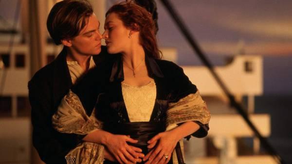 Leonardo DiCaprio e Kate Winslet in una scena del film Titanic