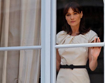 Carla Bruni - abito bianco con cinta nera in vita