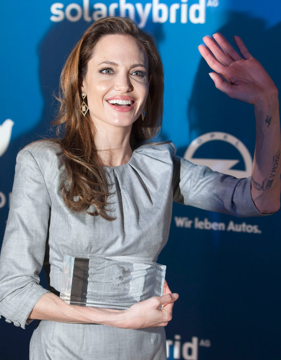 Abito grigio Angelina Jolie