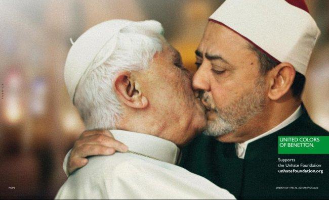 Ritirata la foto del Papa che bacia l'imam