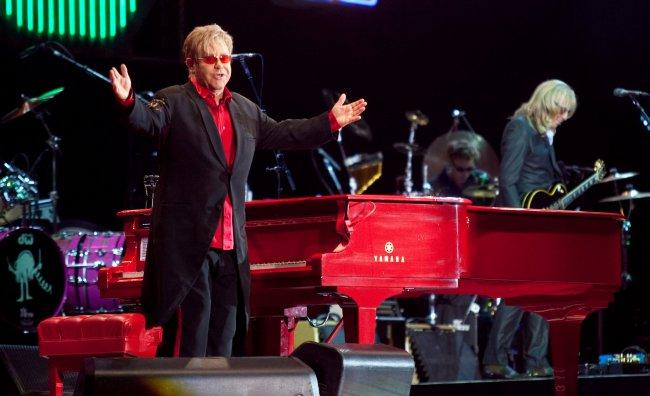 Elton John in ospedale: sospesi i concerti