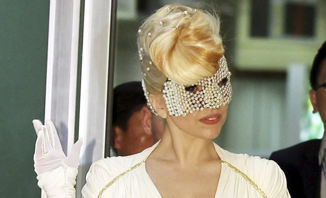 Per Lady Gaga un cappello di scarafaggi