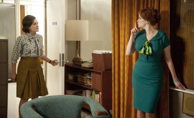 Peggy Olson (Elisabeth Moss) e Joan Harris (Christina Hendricks)