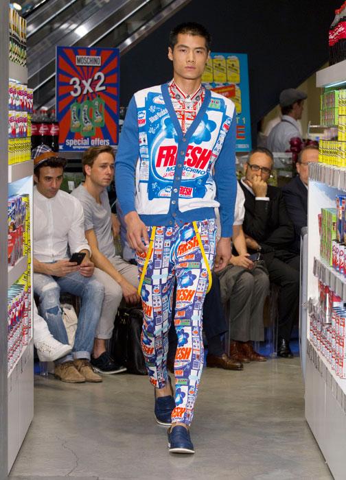 Pantalone con stampa e cardigan colorato Moschino uomo