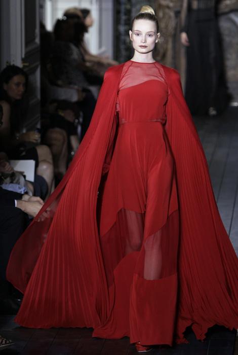 Abito rosso plissettato trasparente