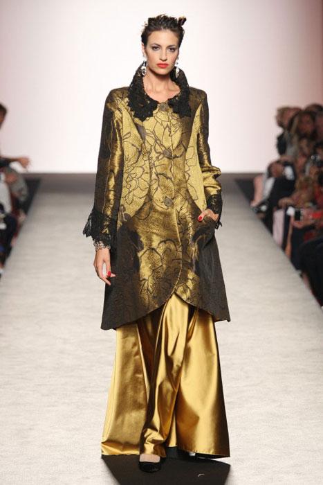 Raffaella Curiel - cappotto dorato