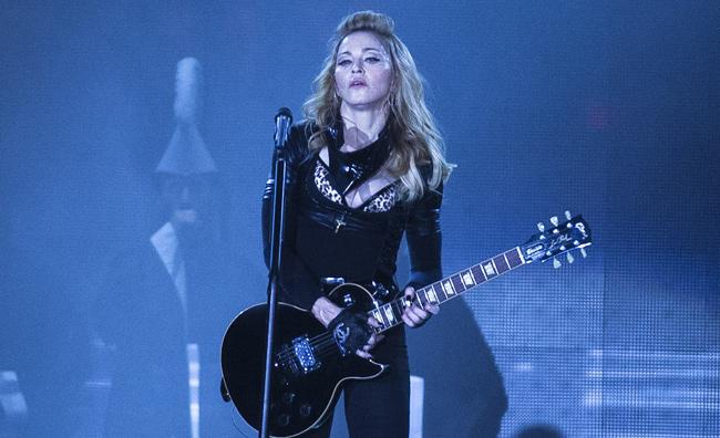 Madonna, ancora contestazioni