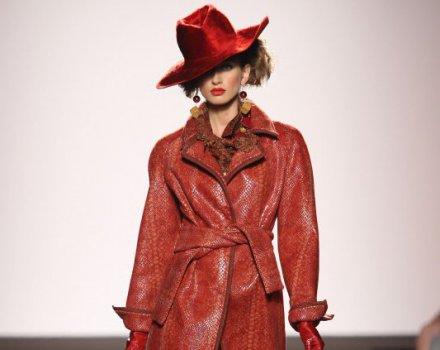 Raffaella Curiel - cappello rosso