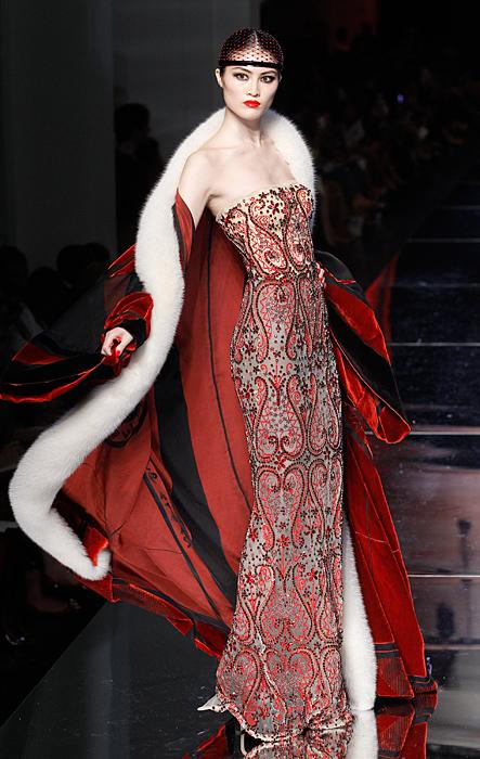 Abito con mantello rosso  Jean Paul Gaultier