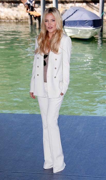 Kade Hudson in tailleur pantalone