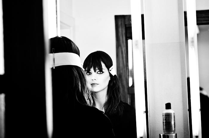 Foto modella allo specchio