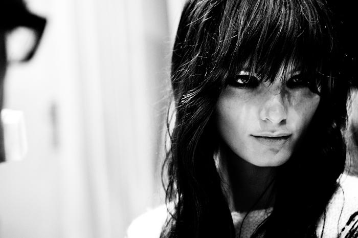 Foto modella con capelli neri