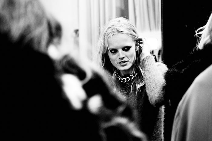 Foto modella bionda nel backstage