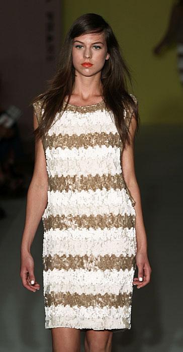 Paola Frani abito a righe dorate