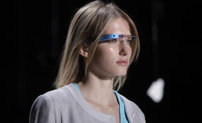 Google Glass su una modella