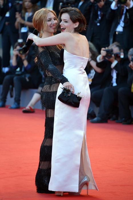 Roxane Mesquida e Josephine de La Baume sul red carpet