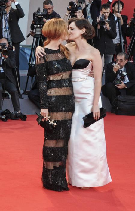 Josephine De La Baume e Roxanne Mesquida si baciano