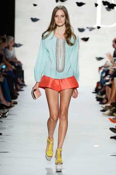 Diane von Furstenberg - Minigonna rossa e giacca azzurra
