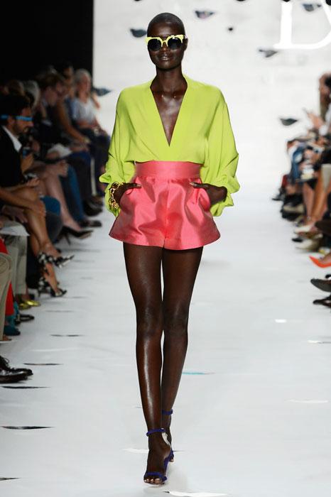 Diane von Furstenberg - Top verde lime con minigonna rossa