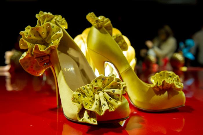 Scarpe gialle con coccarda Christian Louboutin