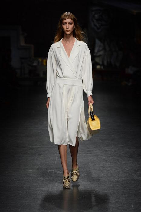 Trussardi - Abito bianco, borsa e scarpe gialle