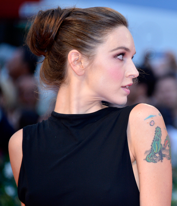 Hallie Elizabeth Newton con tatuaggio