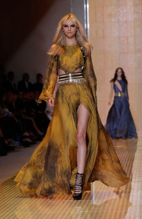 Forte e delicata la donna Versace