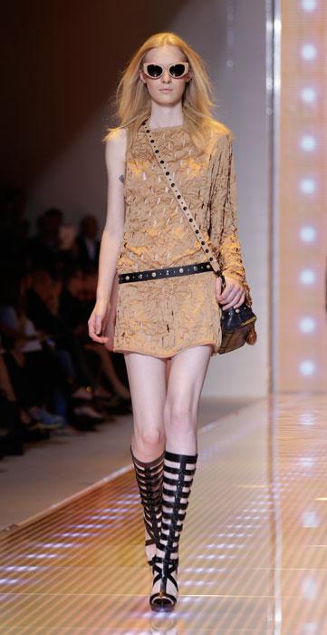 Forte e delicata la donna Versace - www.stile.it 74656299b0e
