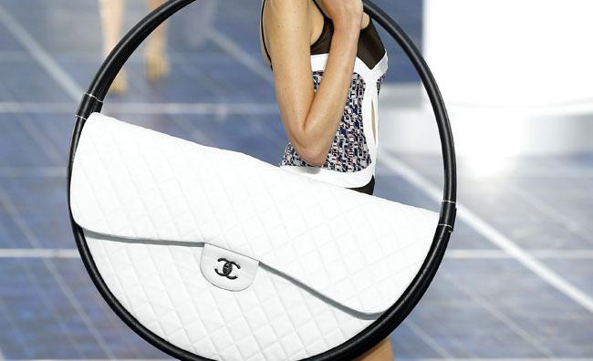 Il nuovo feticcio Chanel: la borsa Hula Hoop