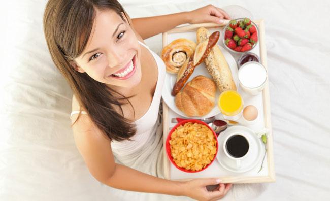 Ragazza con vassoio colazione