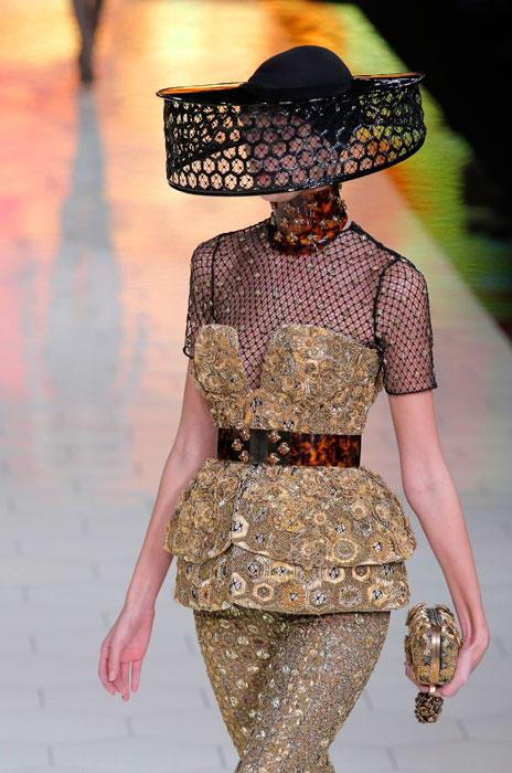 Alexander McQueen - Dettaglio copricapo su abito con baschina