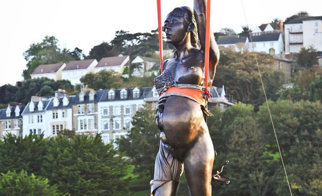 Nuda e incinta: polemiche per la statua di Damien Hirst