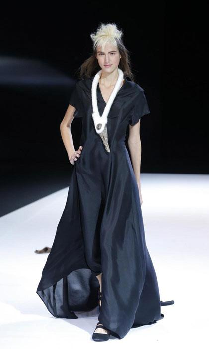 Yohji Yamamoto - Abito lungo nero con collana bianca