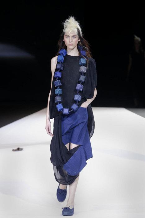 Yohji Yamamoto - Abito lungo e collana blu elettrico