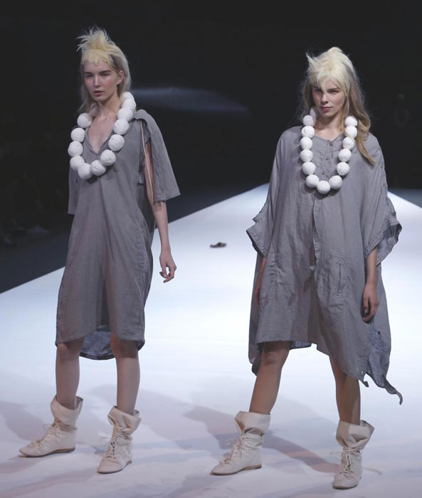 Yohji Yamamoto - Abito ampio con collana bianca