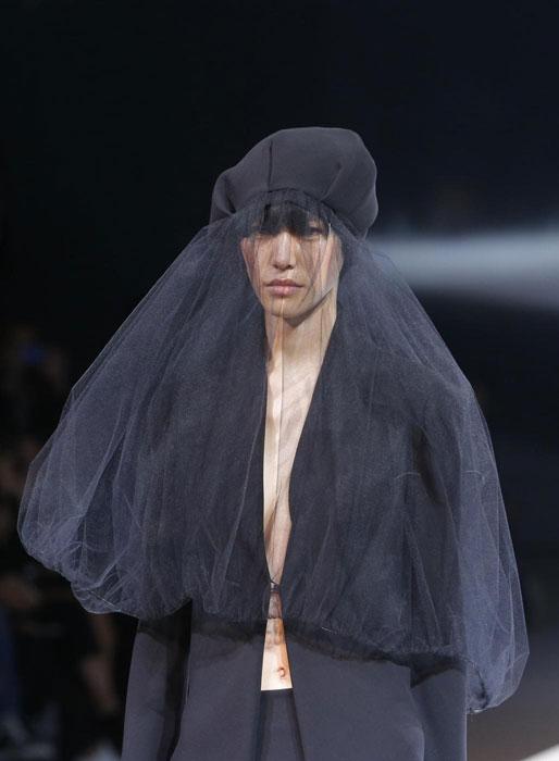 Yohji Yamamoto - Dettaglio copricapo con velo