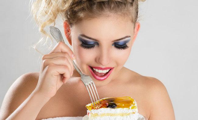 Ragazza mangia torta