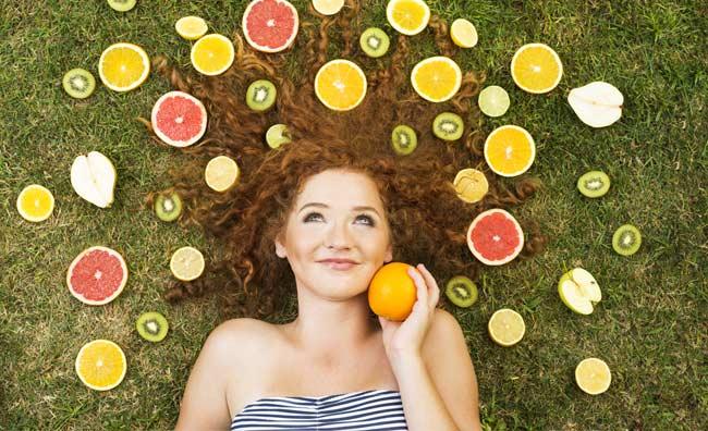 Ragazza con la frutta