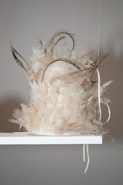 Cappello bianco con piume Altalen