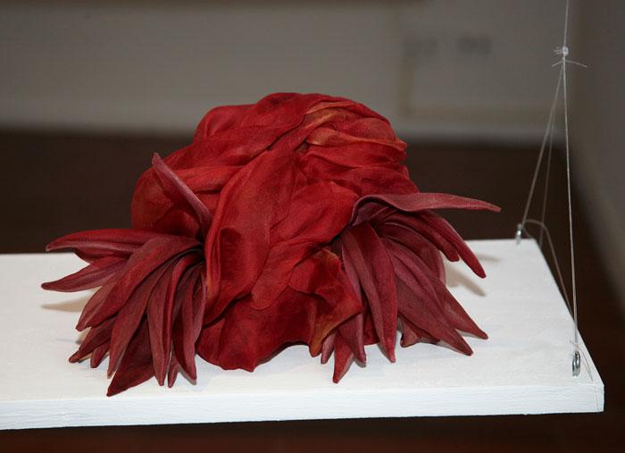 Cappello rosso con piume Altalen