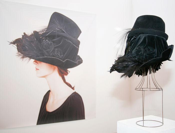 Cappello nero con piume Altalen