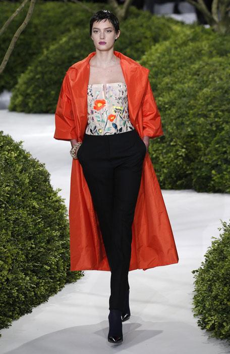 Pantaloni neri e cappotto lungo rosso Christian Dior