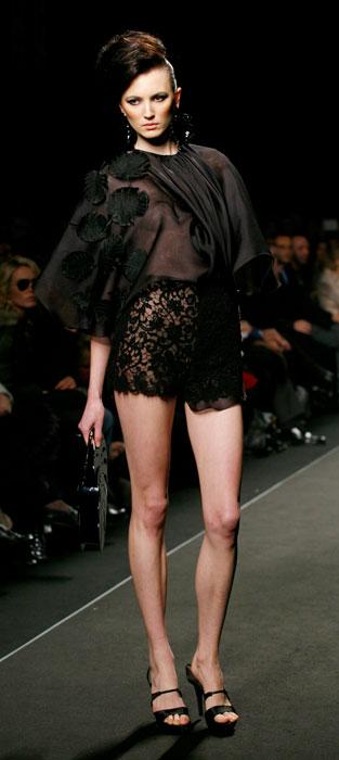 Shorts in pizzo e blusa nera Nino Lettieri