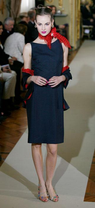 Abito blu con foulard rosso a pois Raffaella Curiel
